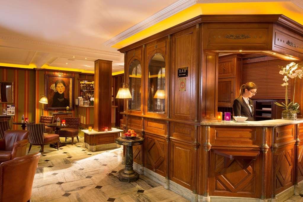 Best Western Premier Trocadero la Tour - Front desk