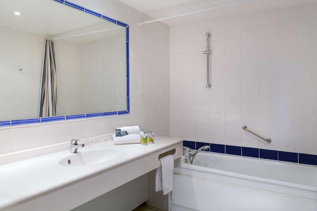 Best Western Aix Sainte Victoire - Guest Bathroom