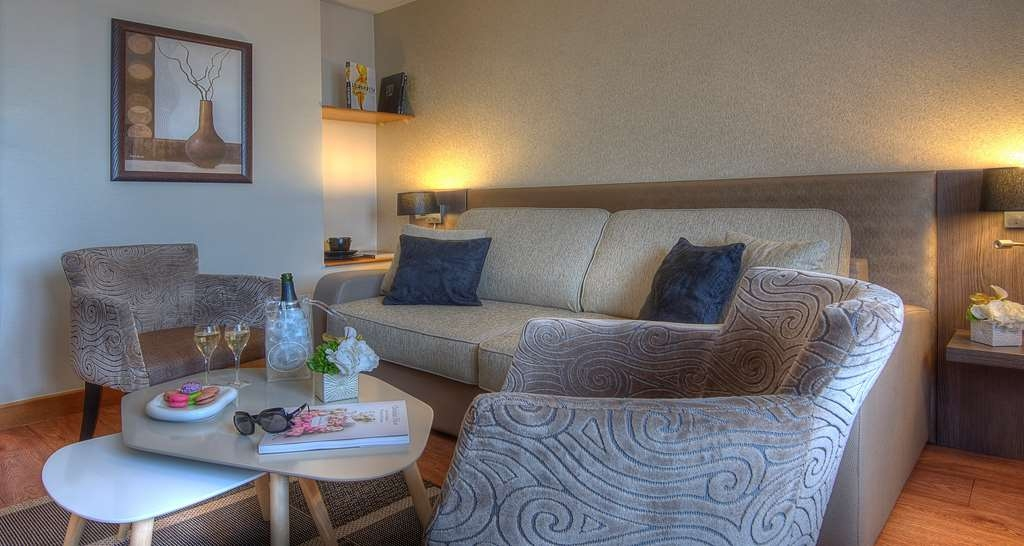 Best Western Plus Hotel Elixir Grasse - Chambre suite salon sofa