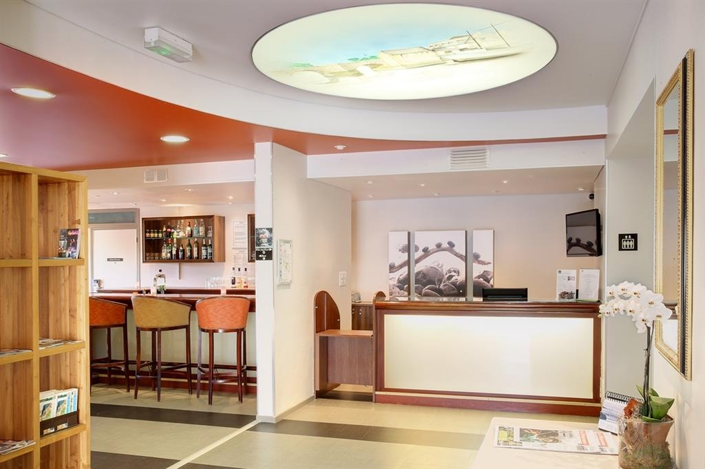 Best Western Auray Hotel du Loch - Reception Desk and Bar/Lounge