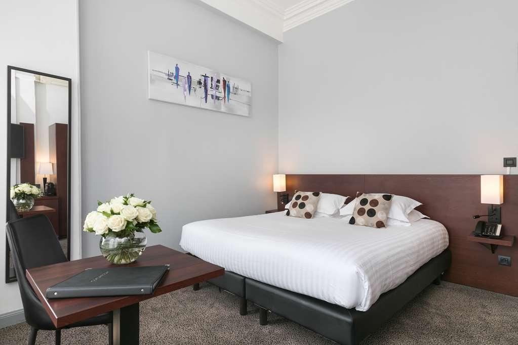 Best Western Plus Hotel Brice Garden - Amenities in Larger Deluxe Guest Room with One King Size Bed
