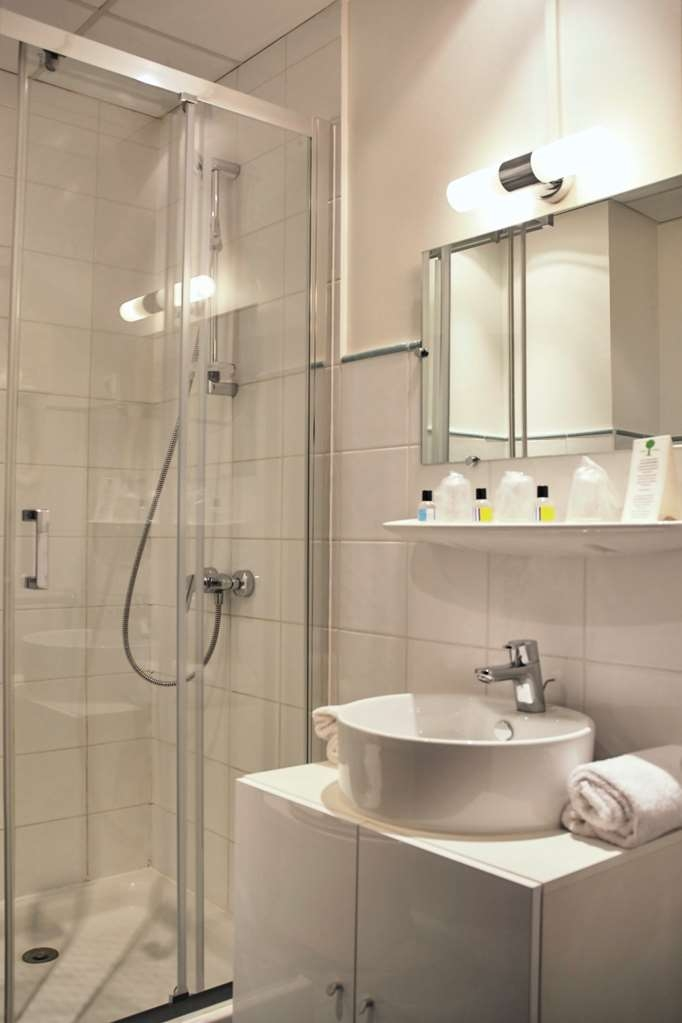 Sure Hotel by Best Western Annemasse - Bathroom in the Standard Guest Rooms