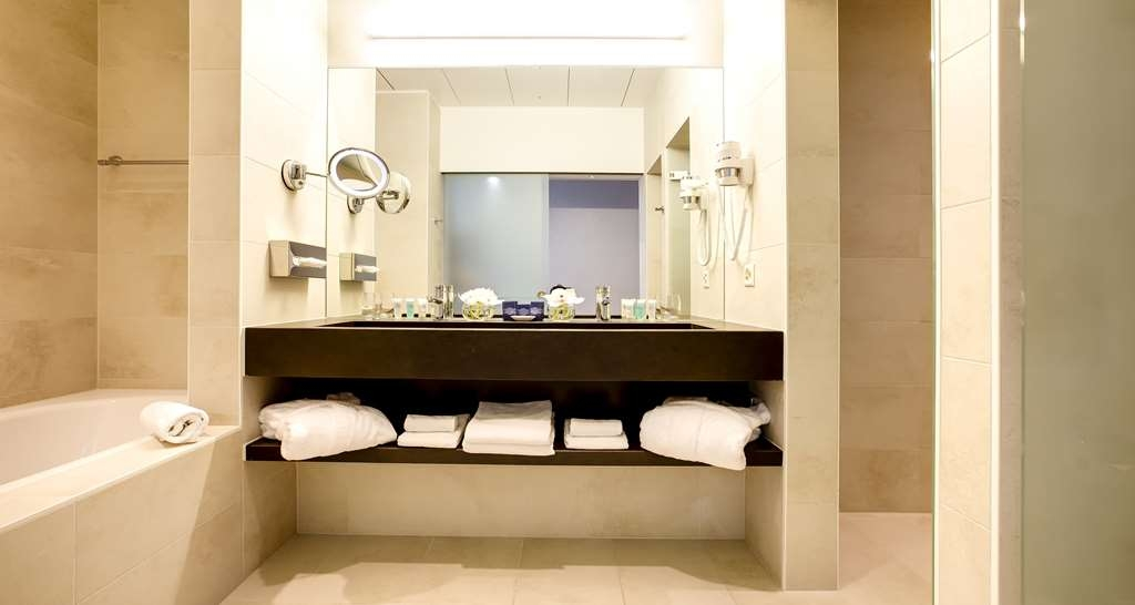 Best Western Premier Hotel Beaulac - Deluxe King Bed Guest Bathroom
