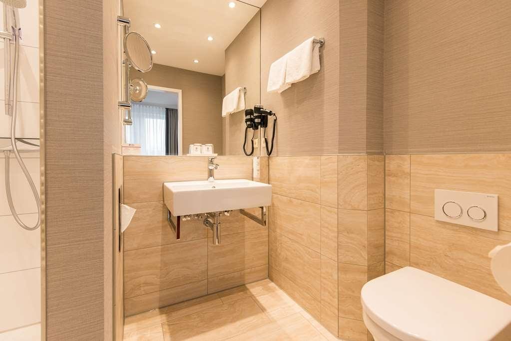 Best Western Plus Hotel St. Raphael - Guest room bath