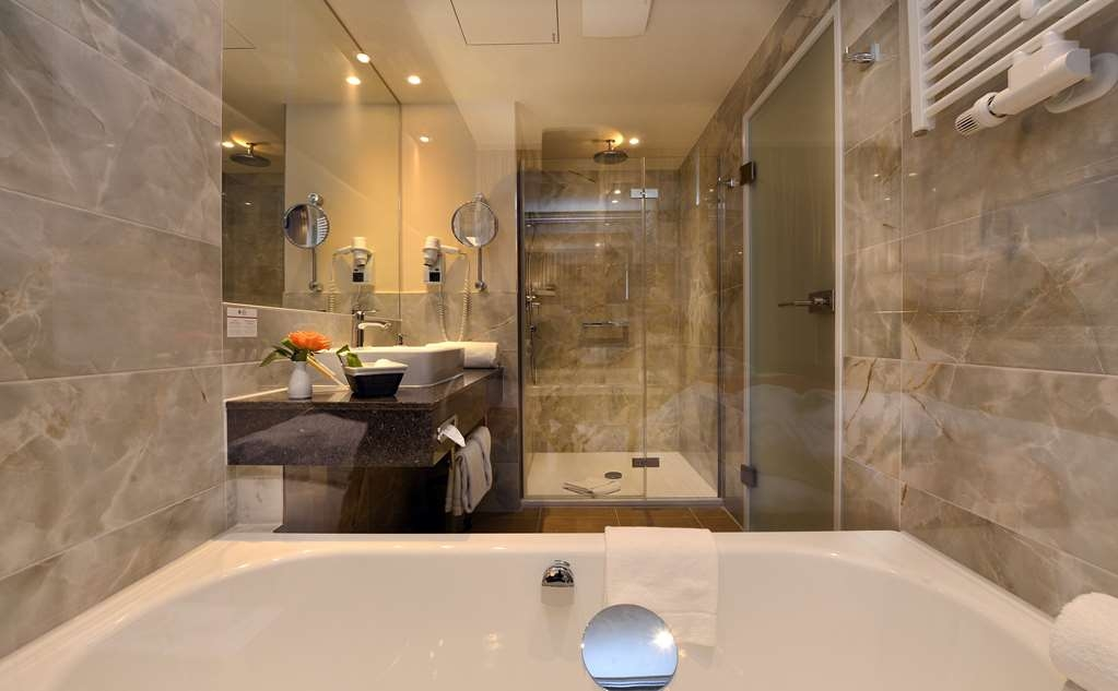 Best Western Plus Delta Park Hotel - Guest room bath