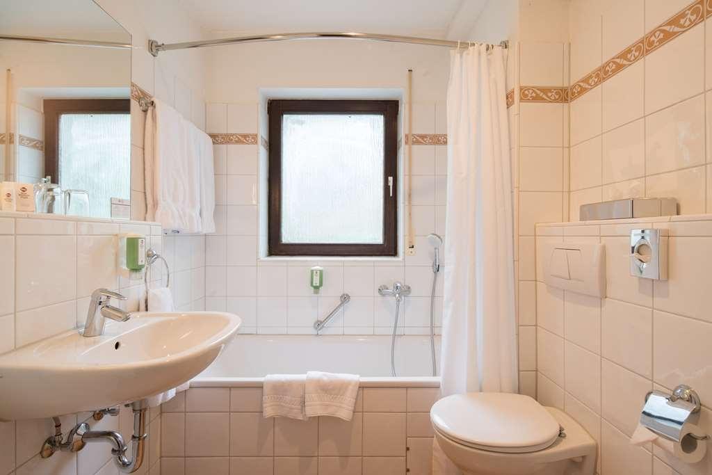Best Western Plus Hotel Schwarzwald Residenz - guest room bath