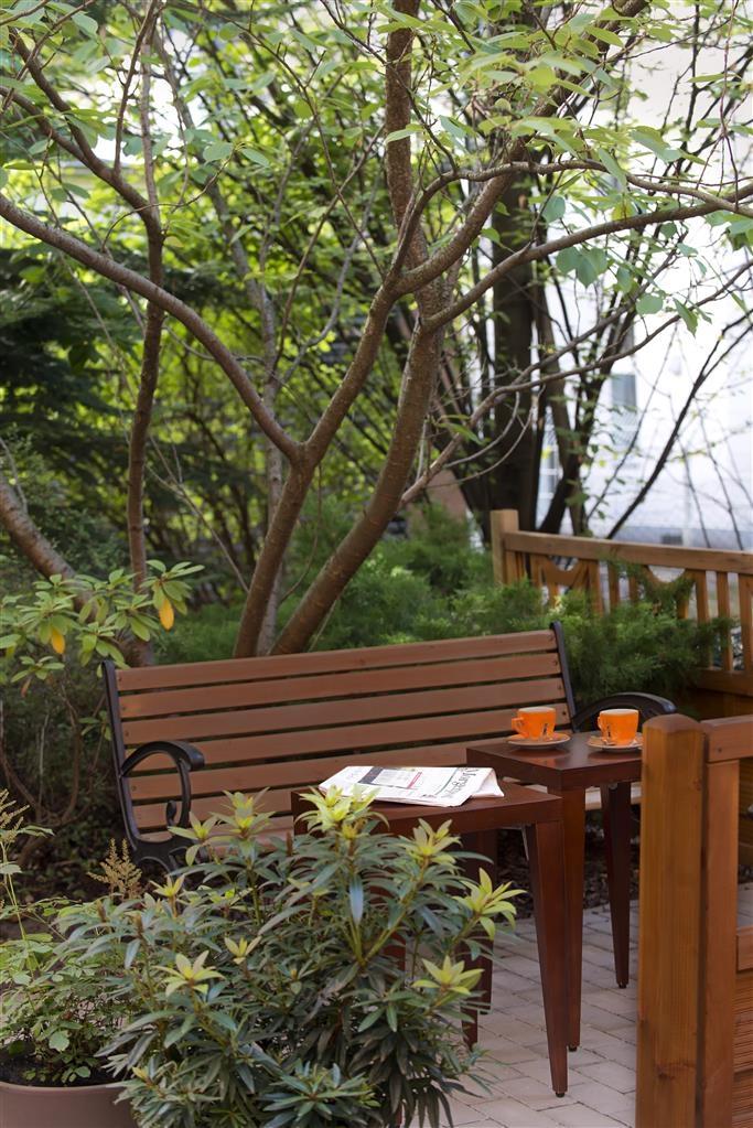 Best Western Hotel Kantstrasse Berlin - Garden Bench and Table