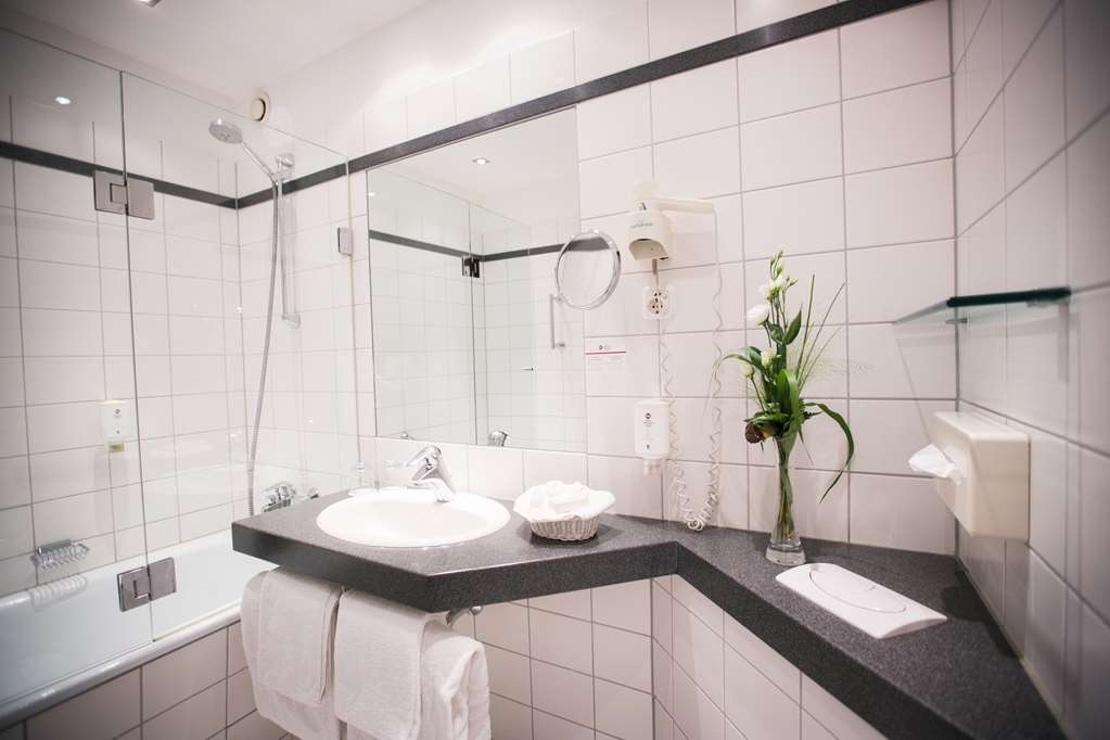 Best Western Plus Crown Hotel - Bathroom