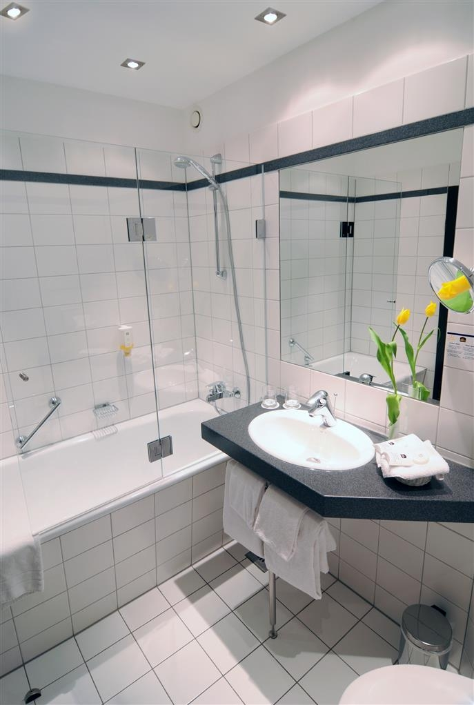 Best Western Plus Crown Hotel - Guest Bathroom
