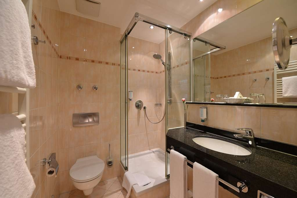 Best Western Plus Hotel Erb - Guest Bathroom, hair dryer, makeup mirror, shower, towels