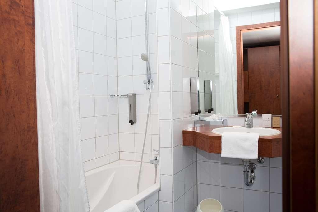Best Western Amedia Frankfurt Ruesselsheim - guest room bath