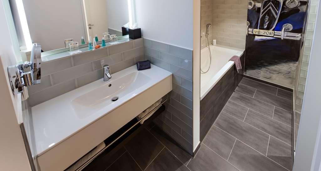 V8 Hotel Motorworld Region Stuttgart, BW Premier Collection - Guest room bath