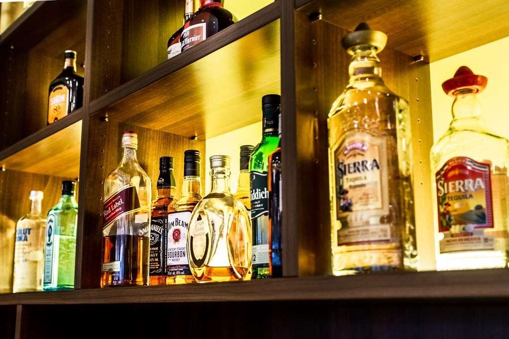 Best Western Plus Royal Suites - Bar/Salón