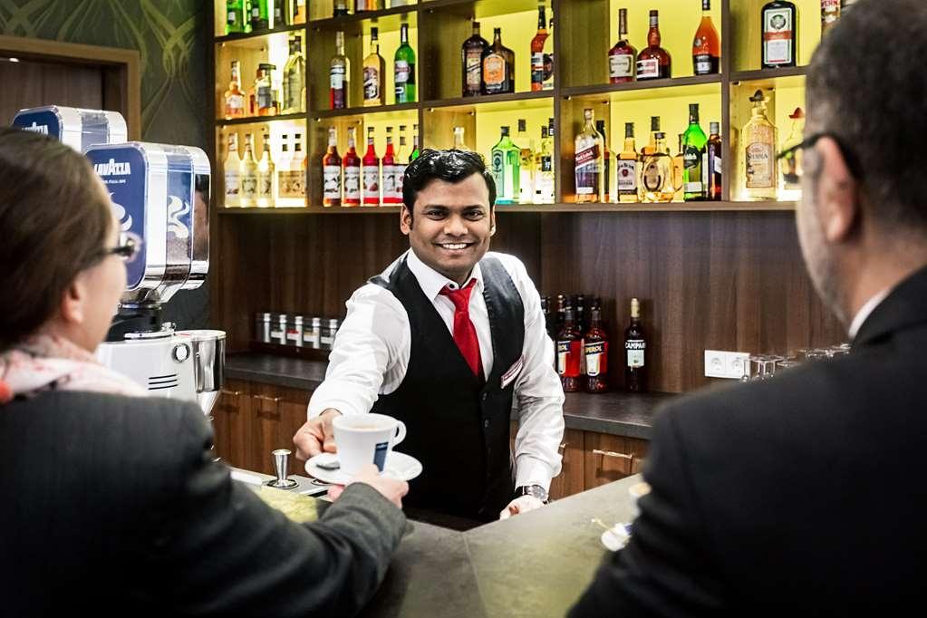 Best Western Plus Royal Suites - Bar / Lounge