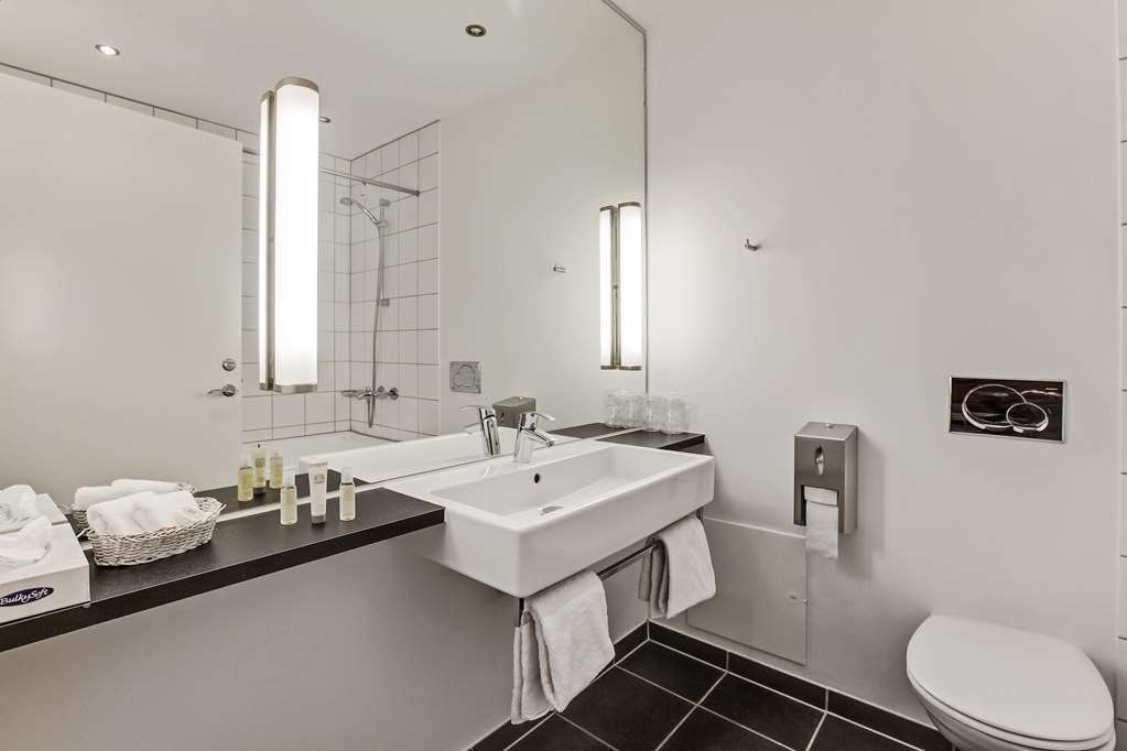 Best Western Torvehallerne - Guest Bathroom of Business and Family Room with bathtub
