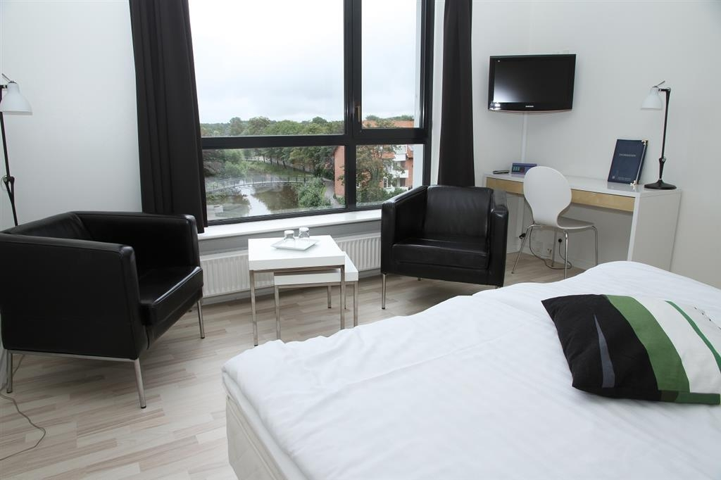 Best Western Royal Holstebro - Double room with king size bed and river view
