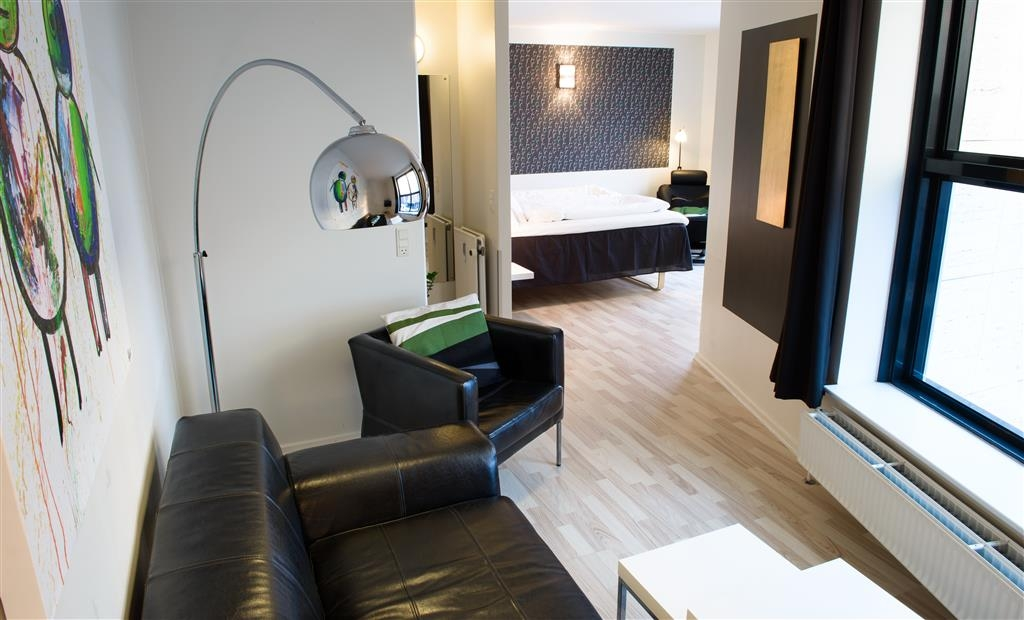 Best Western Royal Holstebro - Suite with living area and king size bed