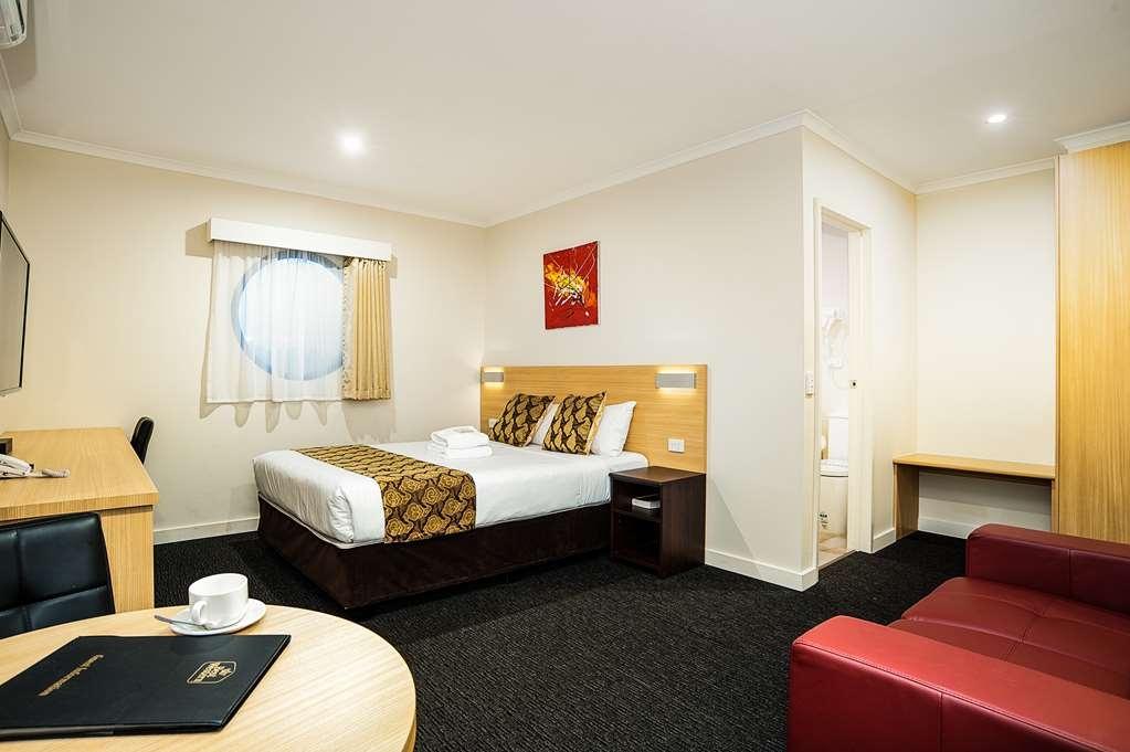 Best Western Mahoneys Motor Inn - Queen room with corner spa bath.
