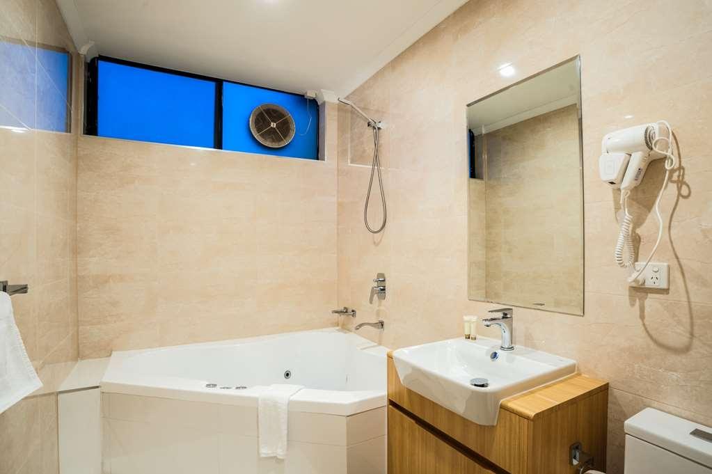 Best Western Mahoneys Motor Inn - Relax in the 2 person corner Spa bath.