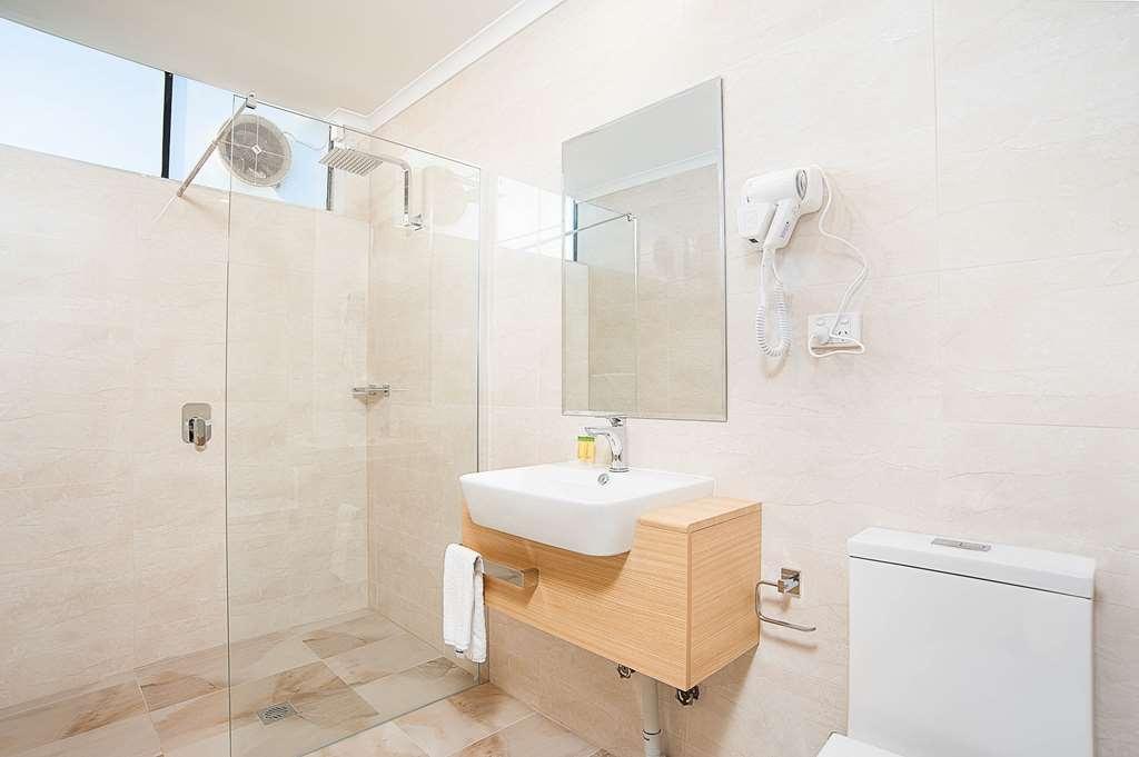 Best Western Mahoneys Motor Inn - Bathroom in the queen guest rooms.