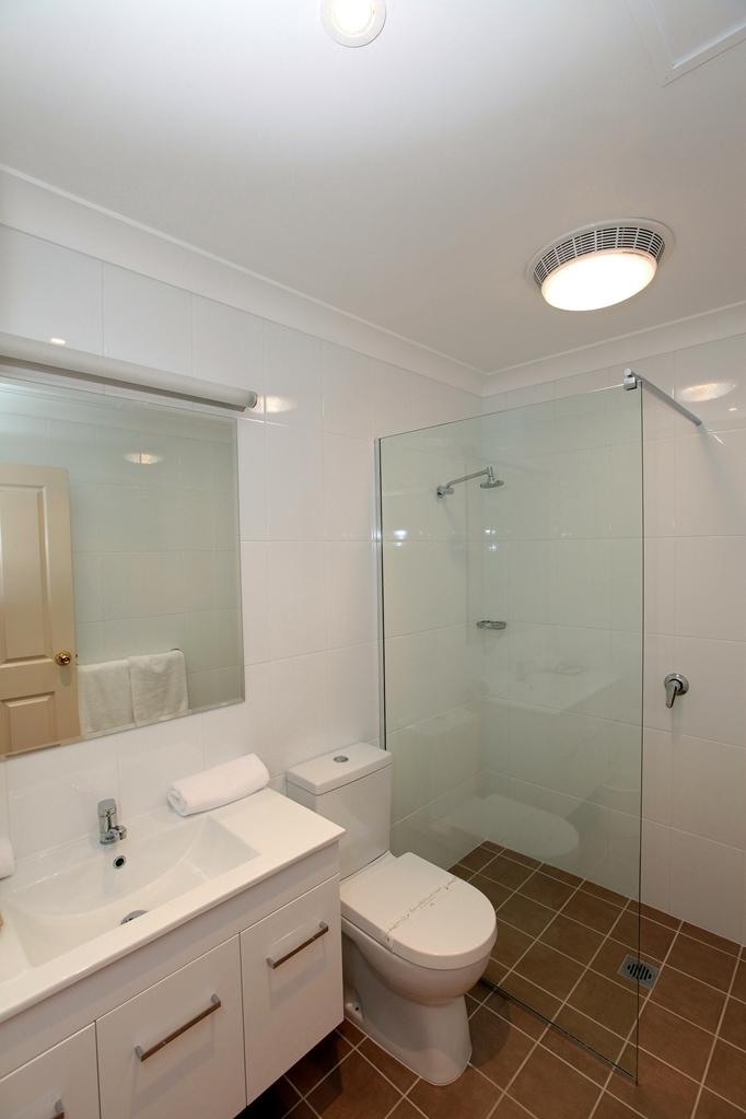 Best Western Ambassador Inn - Guest bathroom, 4 Star fresh and modern.