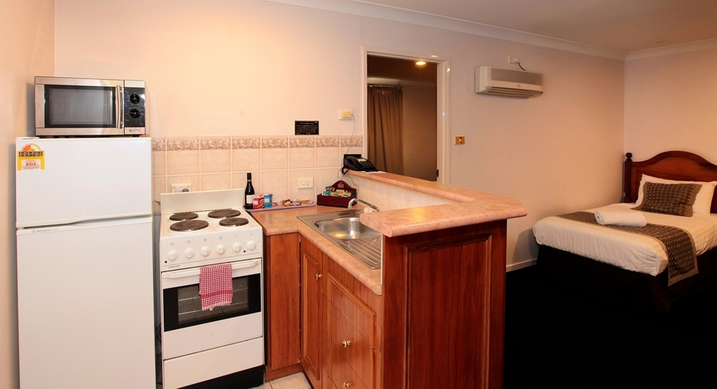 Best Western Ambassador Inn - Family suite well-equipped kitchenette.