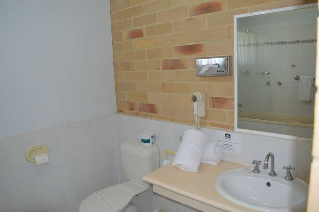 Best Western Ambassador Motor Lodge - Guest Bathroom
