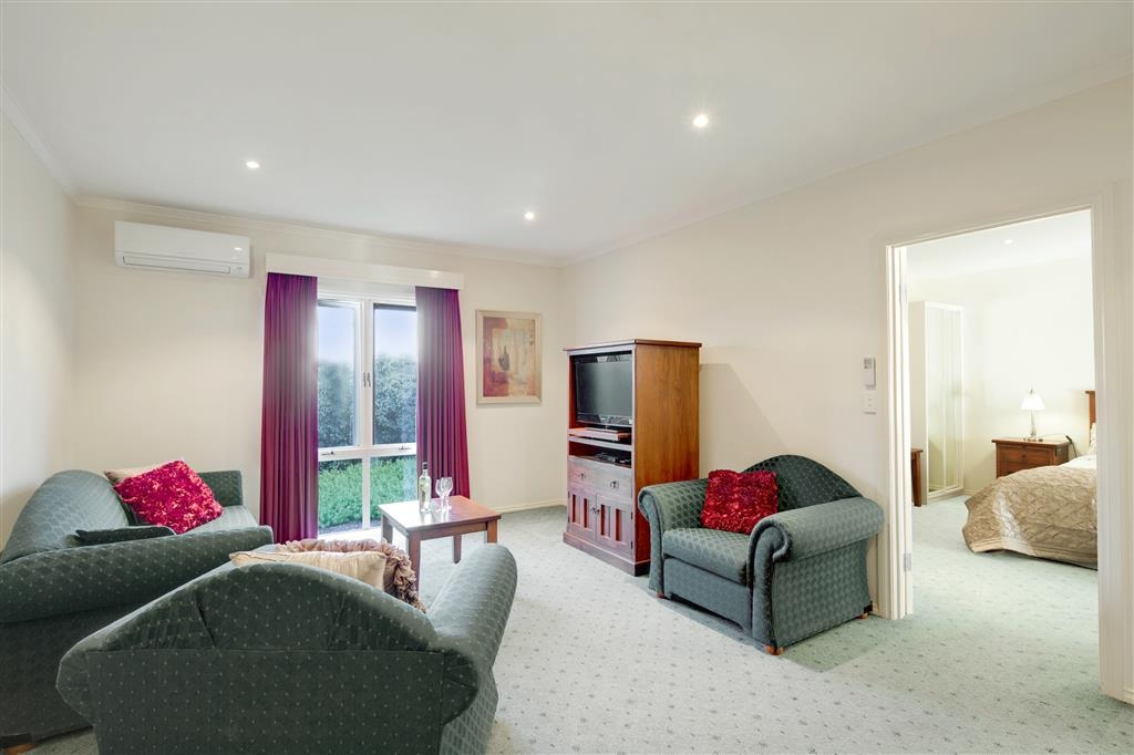 Best Western Crystal Inn - Relax and unwind in your own lounge room in a One Bedroom Spa Apartment in Bendigo.