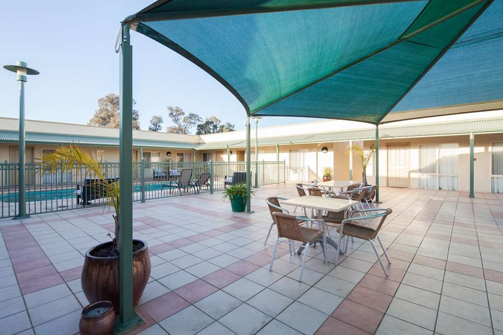 Best Western Crystal Inn - Relax in the afternoon sun at our poolside courtyard lounge.