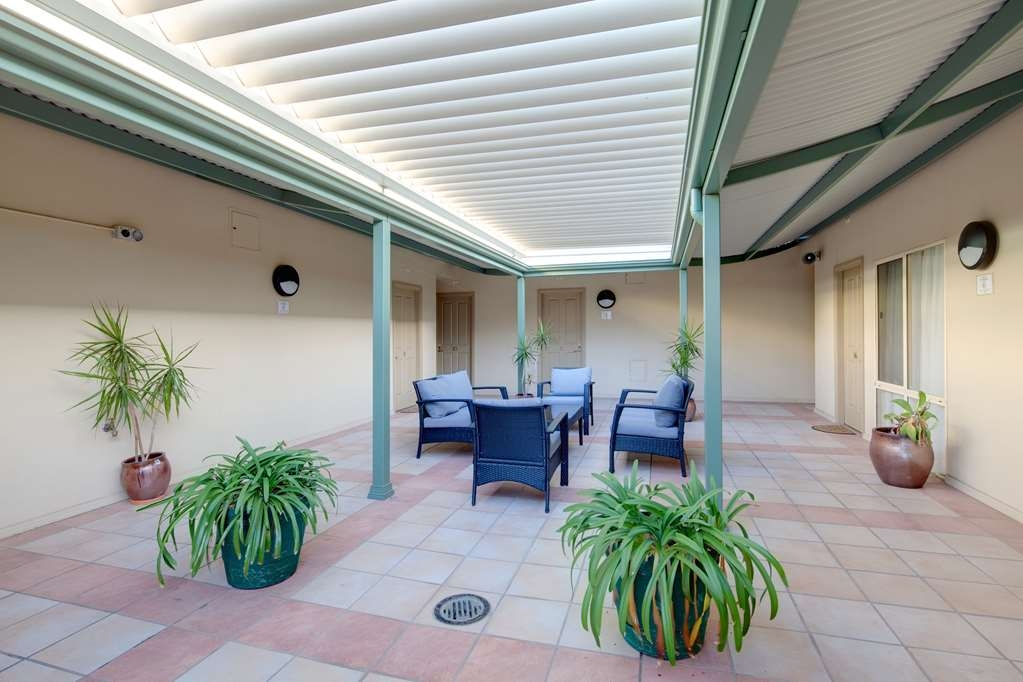 Best Western Crystal Inn - All guest rooms and suites have easy access to our gorgeous sun-drenched courtyard gardens - the perfect spot to meet and relax after your day.