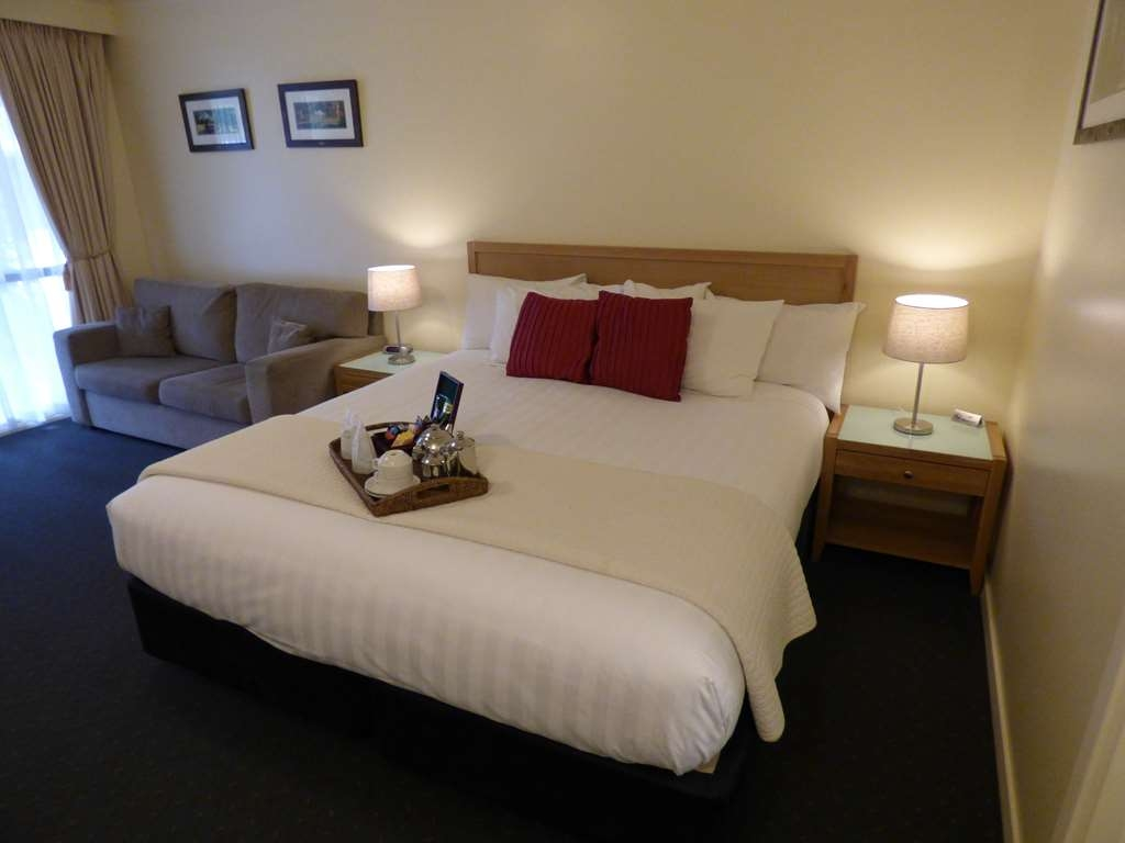 Best Western Beechworth Motor Inn - The King room consists of a King Size bed, selections of tea and brewed coffee, Foxtel, free Internet, couch and an HD LCD television.