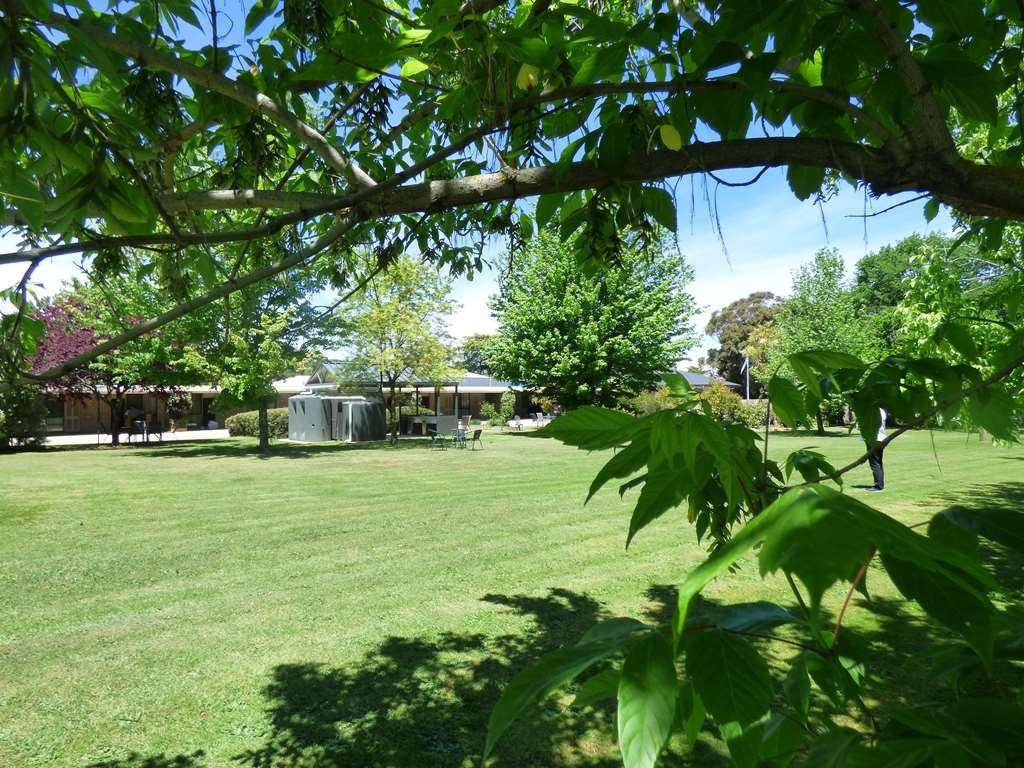 Best Western Beechworth Motor Inn - Over an acre of lawns and gardens to relax around while on holidays surrounding the BBQ facilities.