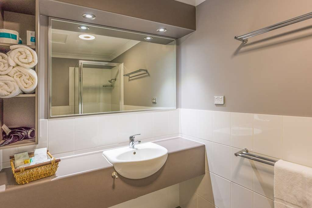 Best Western Plus The Stirling Rockhampton - Apartment Bathroom