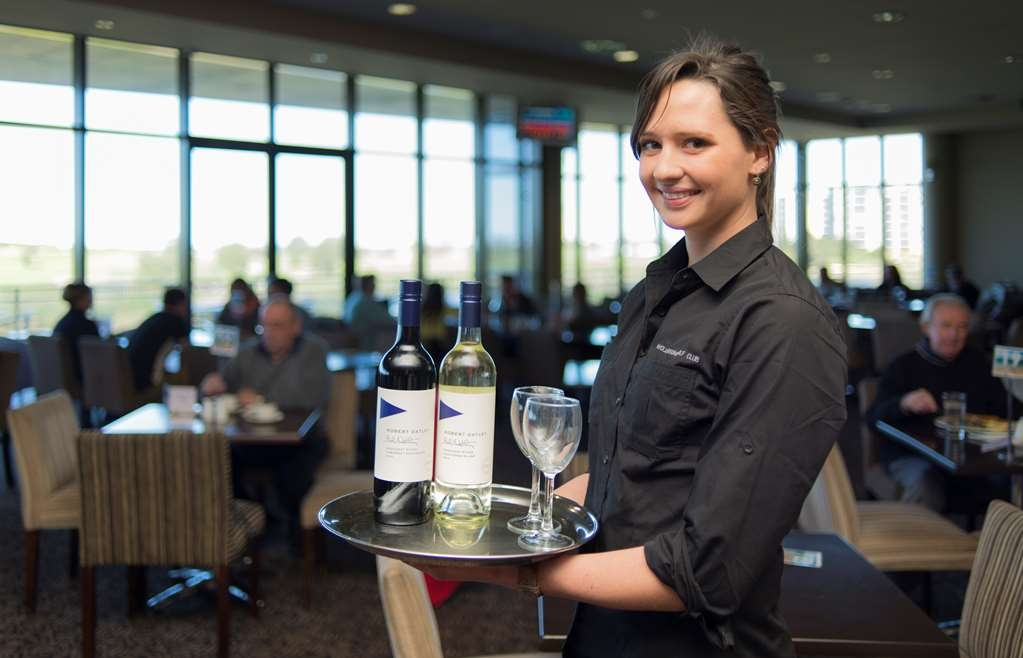 Best Western City Sands - With a great range of wines, ciders and beers, the friendly staff at Wollongong Golf Club will always make you feel welcome.