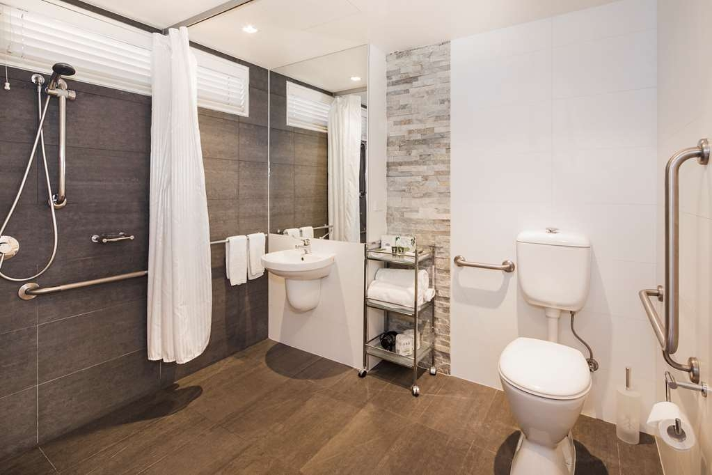 Best Western Plus Ballarat Suites - Accessible Bathroom