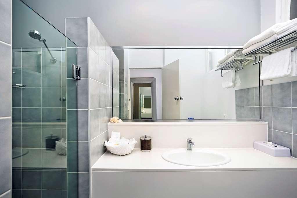 Best Western Sanctuary Inn - Guest Bathroom