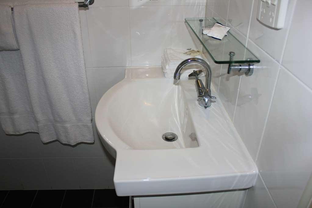 Best Western Ipswich - Standard Guest Room Bathroom