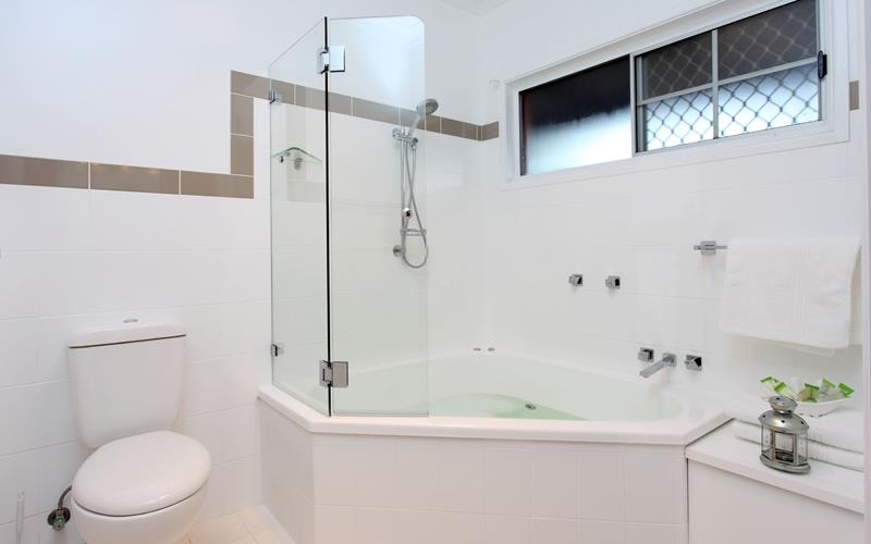 Best Western The Henry Parkes Tenterfield - Spa Suite Bathroom