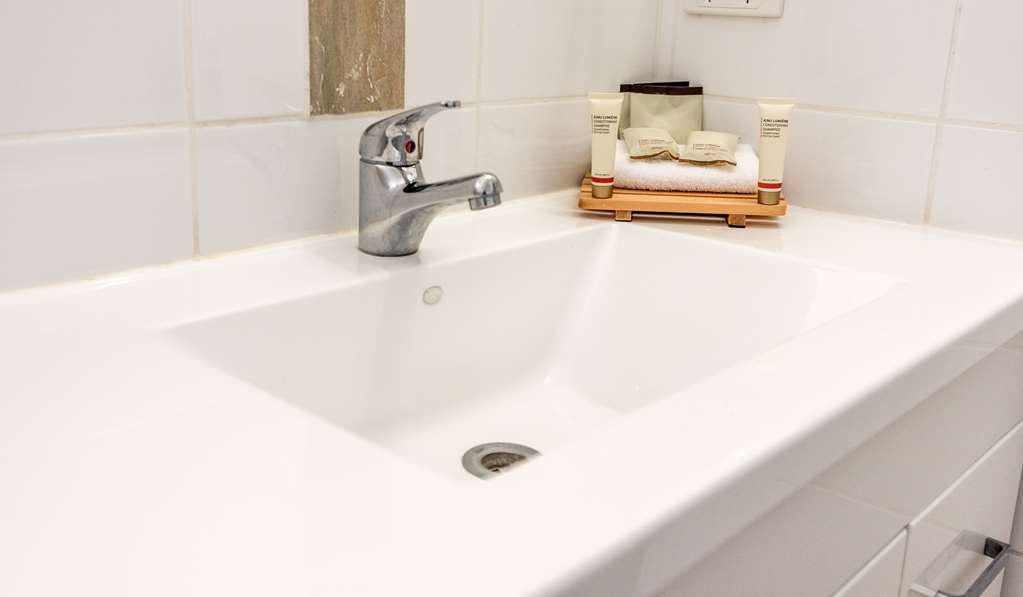 SureStay Collection by Best Western Hospitality Carnarvon - Guestroom Bathroom