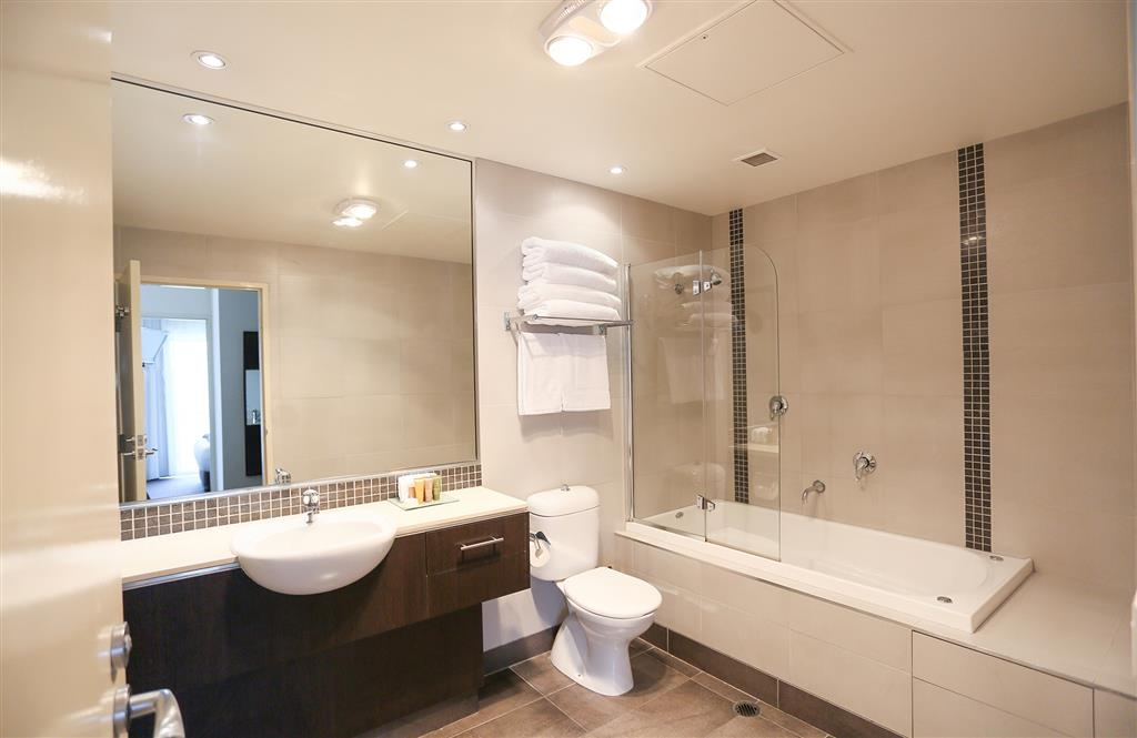 Best Western Plus Hovell Tree Inn - One and Two Bedroom Apartment - Bathroom