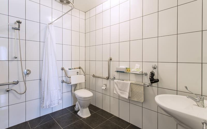Best Western Hamilton Lakeside Motel - Accessible Bathroom