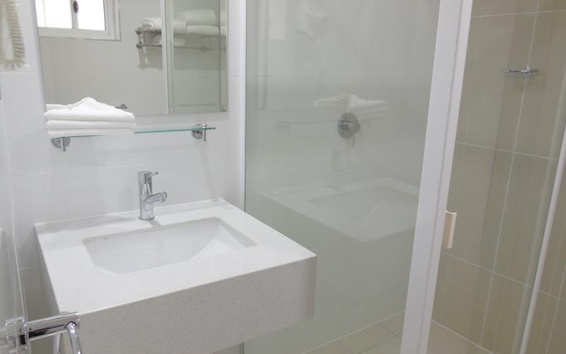 Best Western Casula Motor Inn - Guest Bathroom
