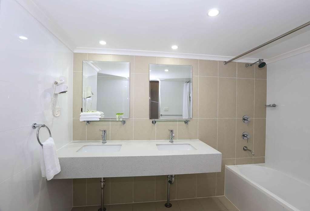 Best Western Casula Motor Inn - Studio Guest Bathroom