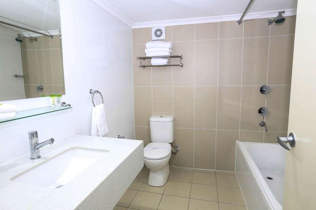 Best Western Casula Motor Inn - Family Studio Guest Bathroom