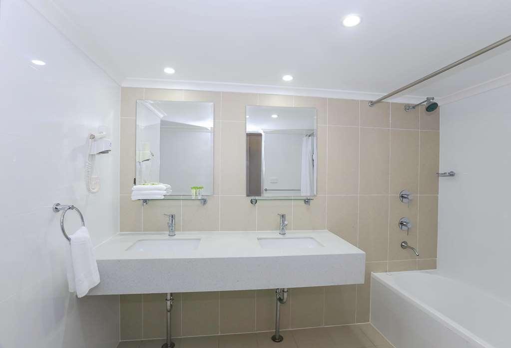 Best Western Casula Motor Inn - Studio Apartment Bathroom