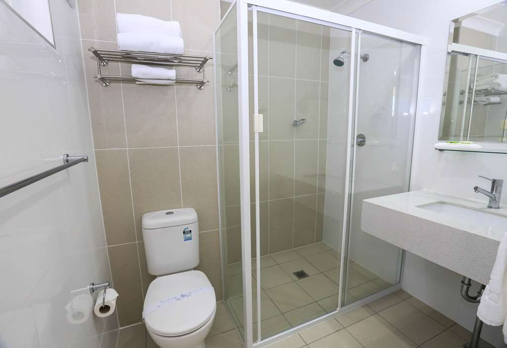 Best Western Casula Motor Inn - Guest Bathroom with shower