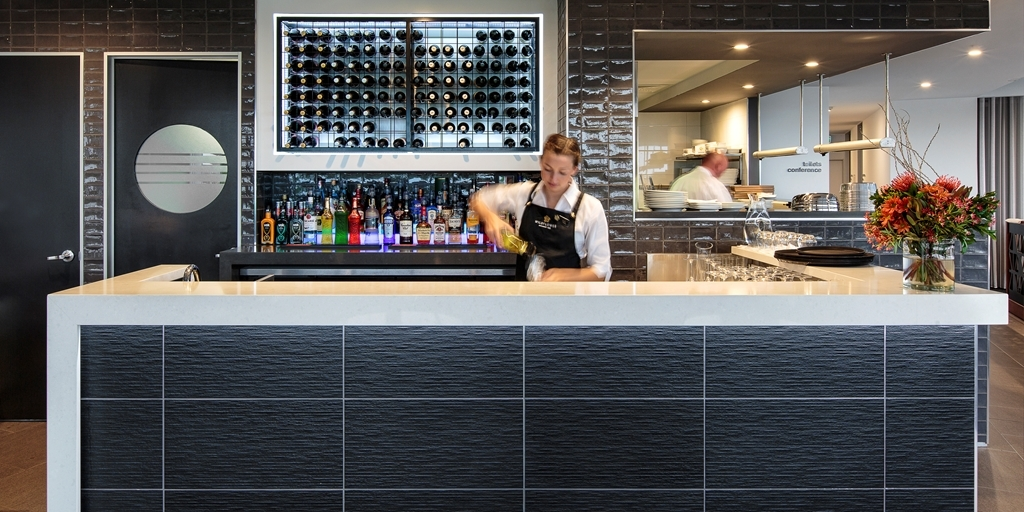 Best Western Plus Lake Kawana Hotel - Bar / Lounge