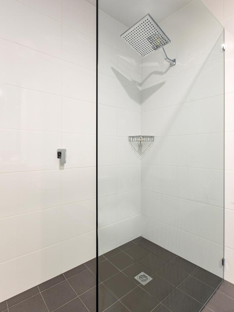 Best Western Plus Lake Kawana Hotel - Deluxe or Executive Bathroom Shower