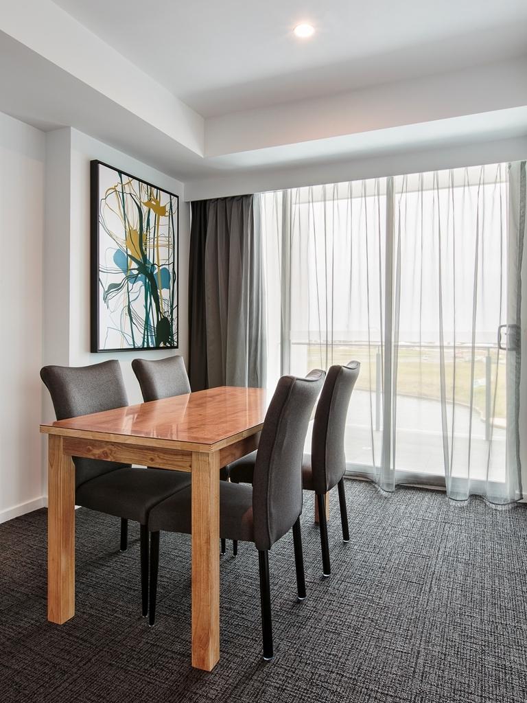 Best Western Plus Lake Kawana Hotel - Executive Suite Dining Area