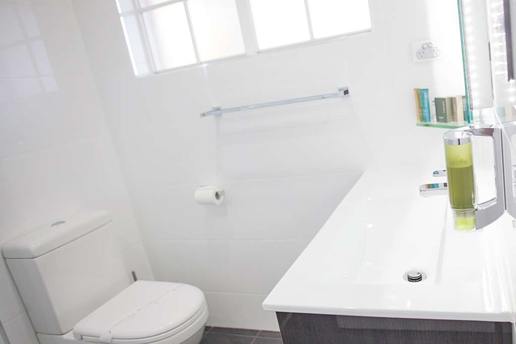Best Western Bluegum Motel - Executive Queen/Twin Room Bathroom